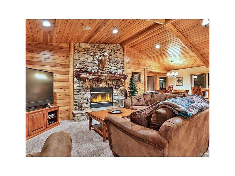 Foxtail Lodge,  Luxury MTN Retreat! Gourmet Kitchen, Game Room, 2 MSTR Suite, location de vacances à Big Bear Lake