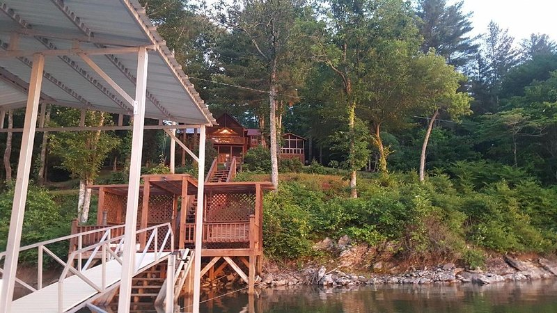Cabin and private dock located on Lake Nottely, location de vacances à Blairsville