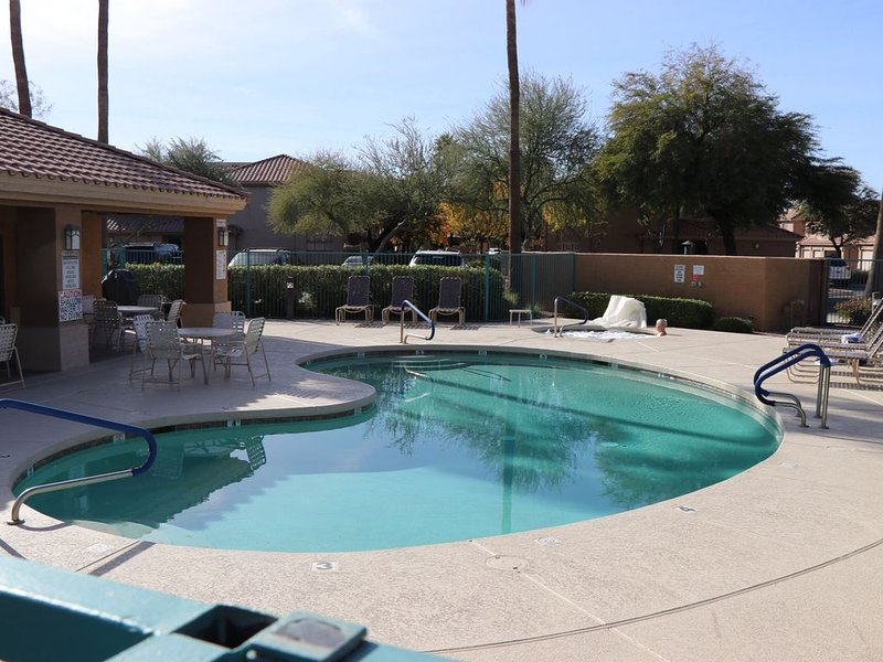 Gated Newly Renovated 10 Out Of 10 Superstition Springs Condo On The 9th Teebox, alquiler de vacaciones en Mesa