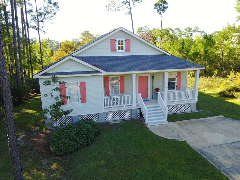 Cozy House Just 2 Minutes Away From The Beaches Of Pass Christian And Downtown, holiday rental in Pass Christian