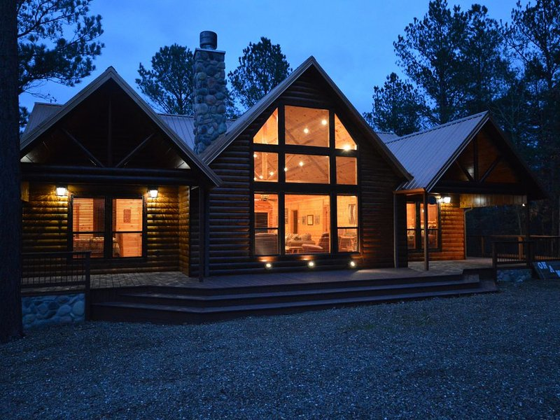 On A Whim is a luxury log cabin that has something for everyone, vacation rental in Broken Bow