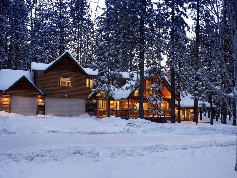 *WALK to Snow Summit*Hot Tub & Amenities Galore!*Large Luxury Family Cabin*, alquiler de vacaciones en Moonridge