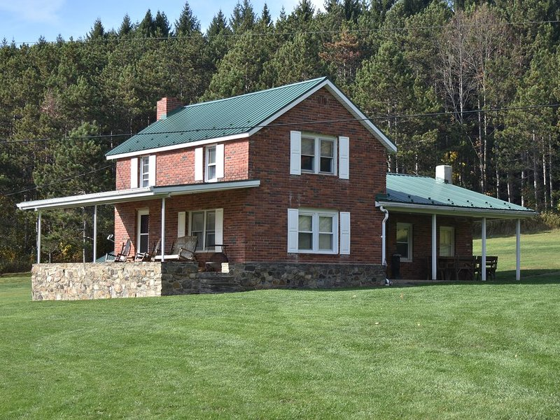 Experience peace and nature on 1,000 private acres at The Farm at Jordan Hollow, casa vacanza a Middlebury Center
