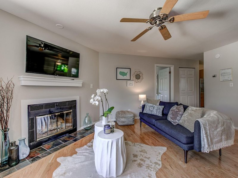 Perfect Spot! Walk to Pearl Street, CU, Google & hiking!, holiday rental in Boulder