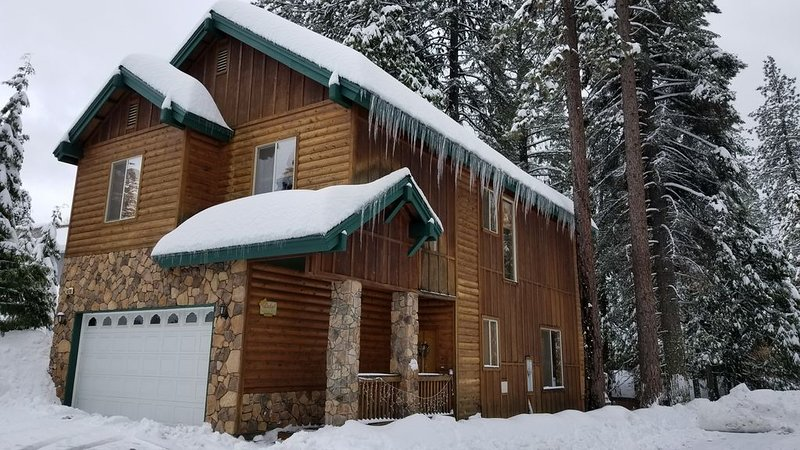King's Cabin Mtn Retreat at Shaver Lake! – Nr Village, wifi, A/C, Prem Property!, alquiler de vacaciones en Shaver Lake