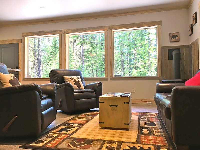 Stunning Cabin Bordering Glacier National Park and River on 9 Acres!!!, holiday rental in Essex