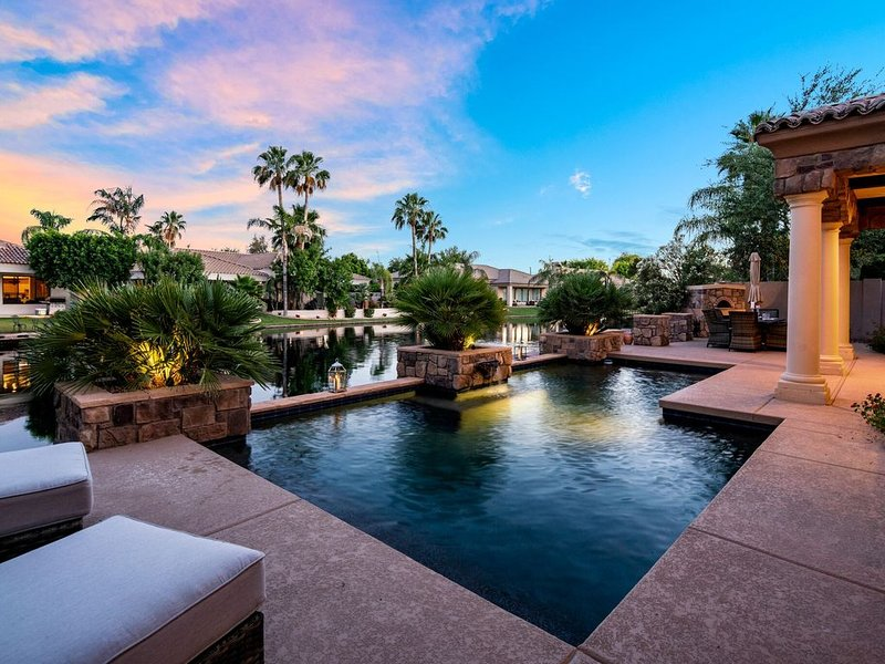 Luxury 3 Bedroom Home in Gated Ocotillo Community with Heated Pool Included, alquiler de vacaciones en Chandler
