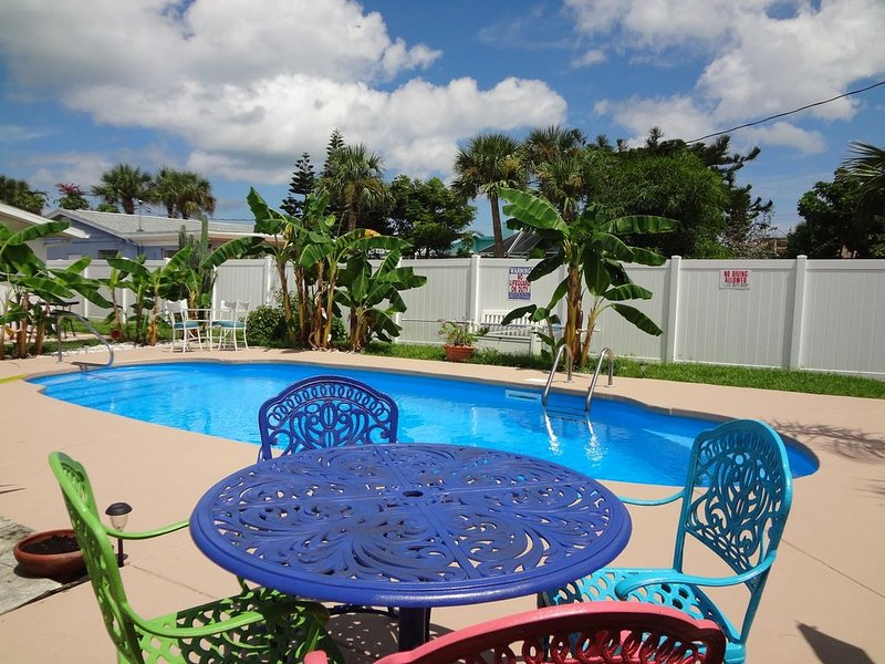 Ormond Oasis, PRIVATE RELAXING POOL home, 980 ft from beach, & John Anderson Dr., Ferienwohnung in Ormond Beach