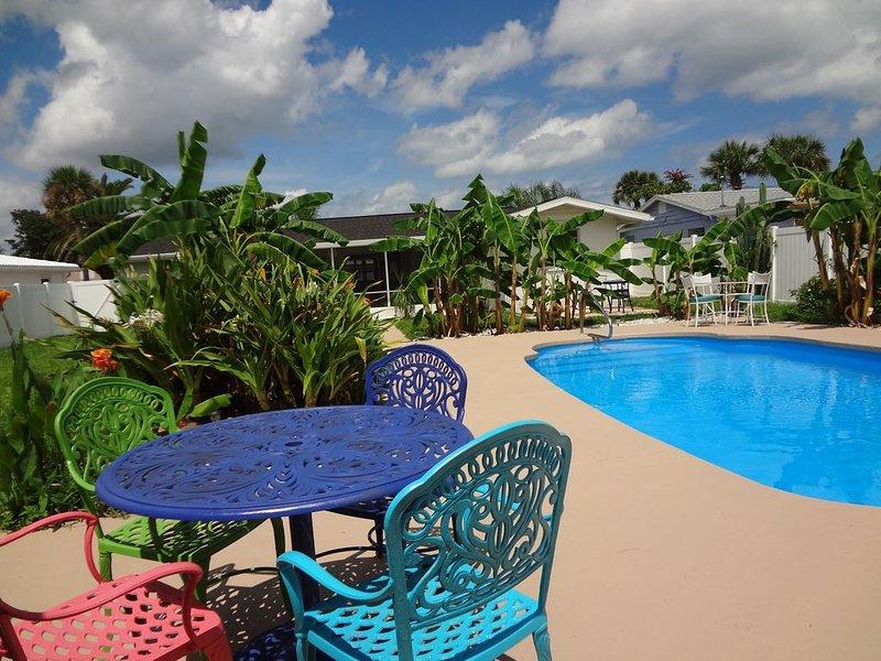 Assento para começar ou terminar o seu dia ao lado da piscina entre plantas tropicais.