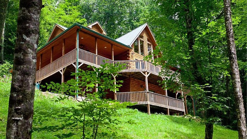 Private log cabin has  4 master suites, views, rec room, WiFI, Ferienwohnung in Mars Hill