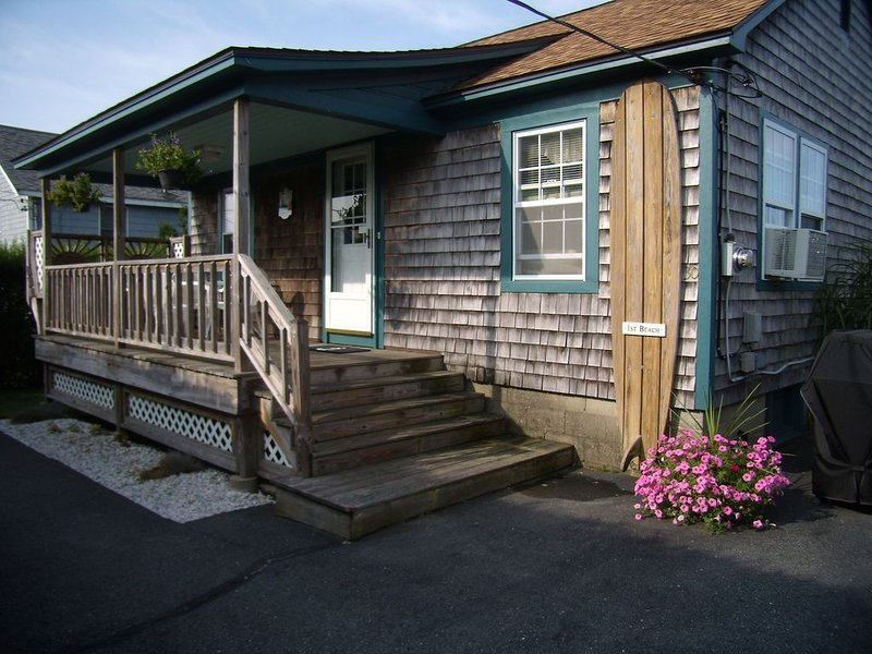 Adorable Cottage Walk Across Street to First Beach, Winter min stay 9 mos, holiday rental in Middletown