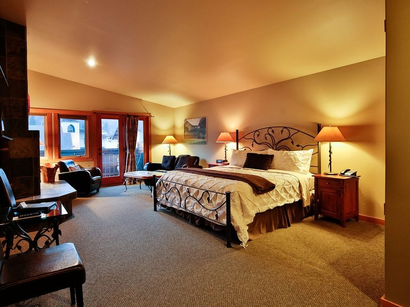 Spring Suite ~ King Bed ~ Hydrotherapy Tub ~ Downtown Leavenworth, location de vacances à Peshastin