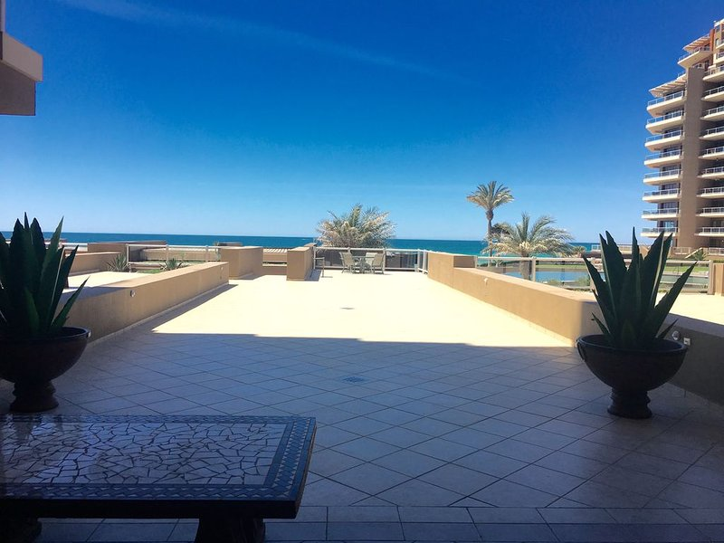 In The Middle Of All, Ocean Front Ground Floor 2BD. Steps from the beach Phase 1, casa vacanza a Puerto Penasco