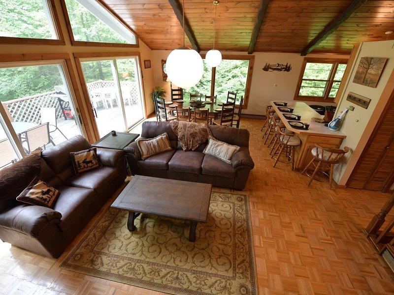 Amplio concepto abierto en el piso superior, con sofás, alfombras de mesa y área completamente nuevos.