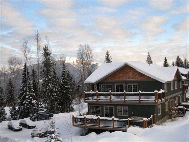 Ski in Ski Out Condo Directly on Kicking Horse Mountain Resort, holiday rental in Golden