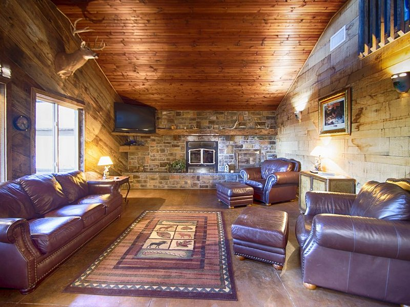 Luxurious Cabin with private Niangua River access & view, casa vacanza a Half Way