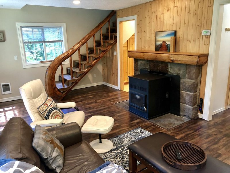 Comfortable, elegant, fun cabin with private hot tub, fire pit, pool table, vacation rental in Welches