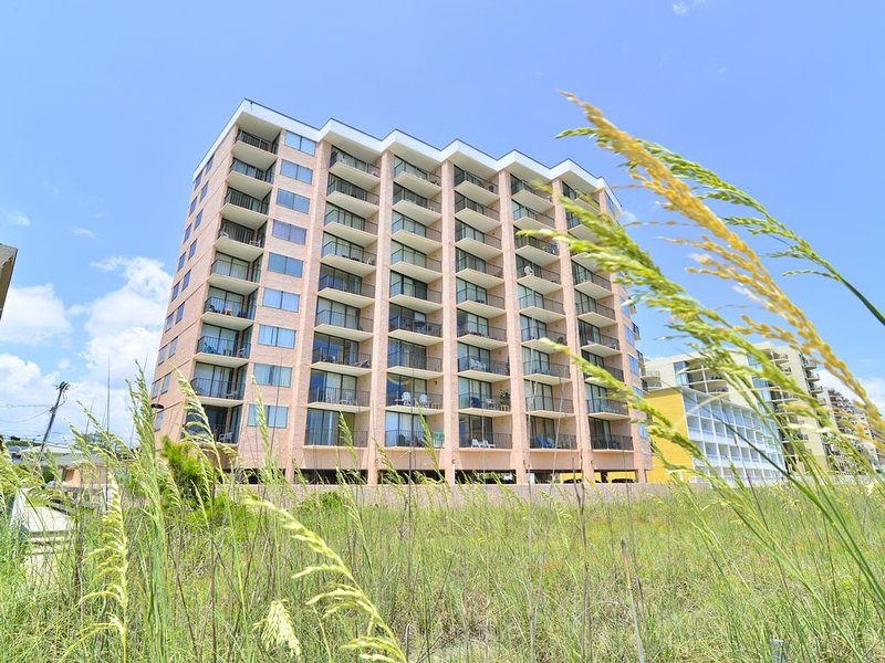 DIRECT OCEANFRONT in the HEART of NORTH MYRTLE! Wi-Fi * Balcony * Pool!, holiday rental in North Myrtle Beach