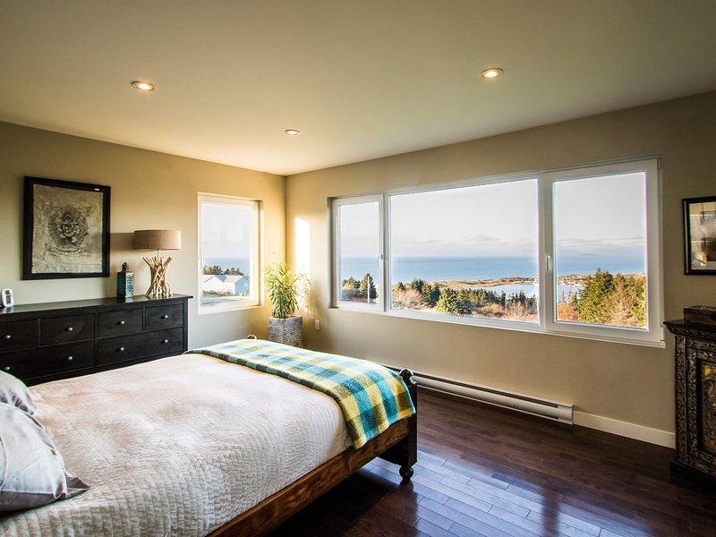 El dormitorio principal tiene la mejor vista de la casa, con vistas al mar y Cabot.