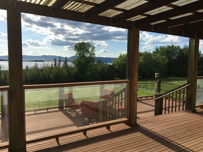 Stylish & Convenient Residence w/Sauna & Grand Deck overlooking Flathead Lake!, casa vacanza a Condon