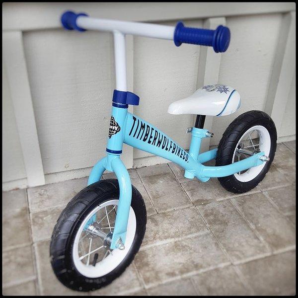 Les enfants peuvent utiliser notre vélo d'équilibre (pour les 2-5 ans environ)