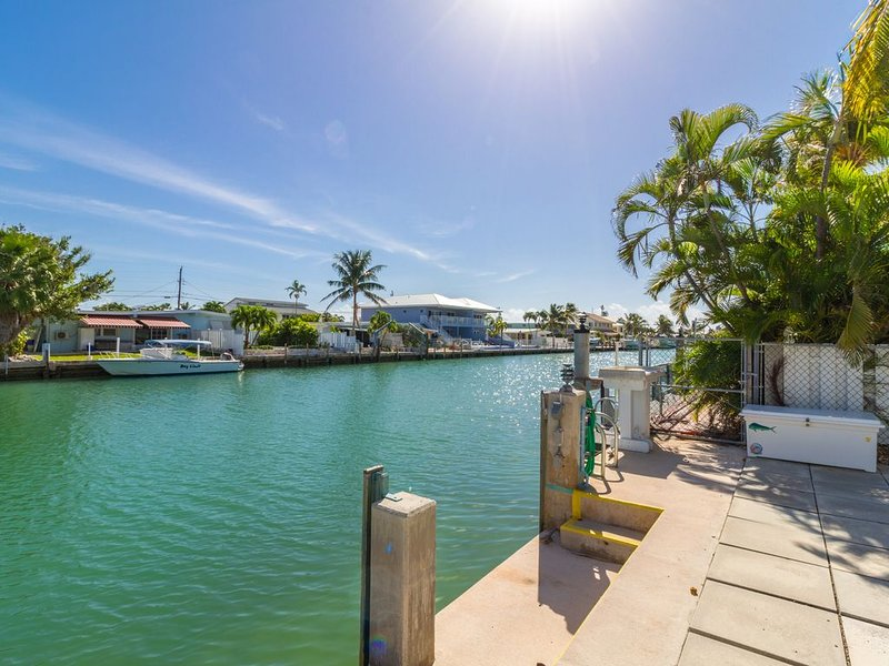 Tropical Key Colony Beach Getaway with Cabana Club Passes!!, holiday rental in Key Colony Beach