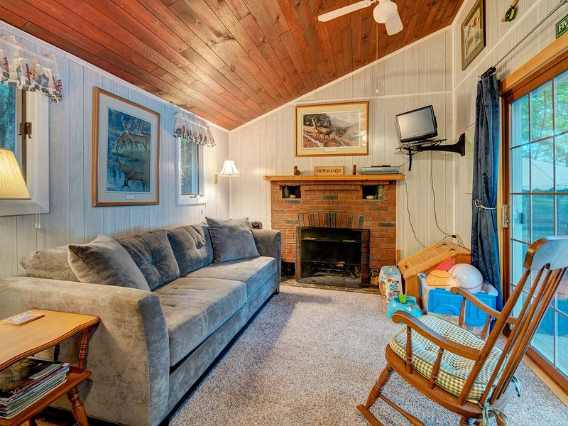 Lakefront views from this charming cottage w/ a fireplace & private dock, alquiler de vacaciones en Pownal