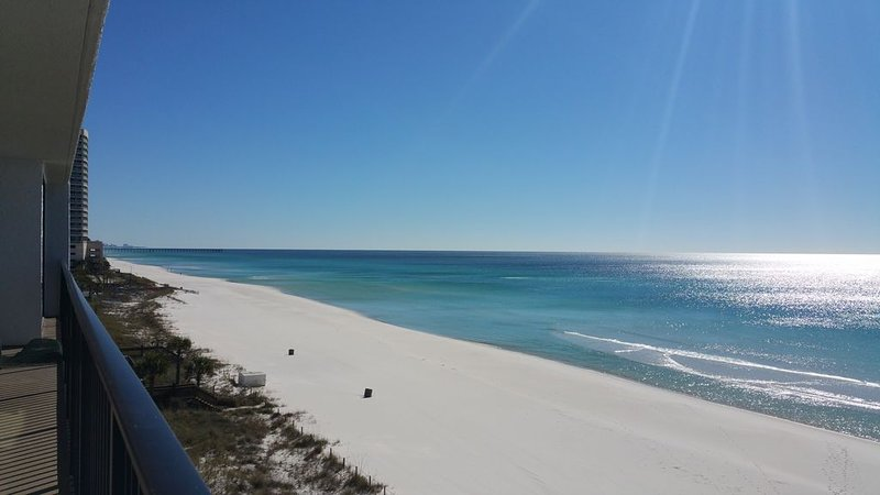 Updated Beach Front *60' GLASS & Views in 2 Master Suites *FREE Beach Chairs!, alquiler de vacaciones en Panama City Beach