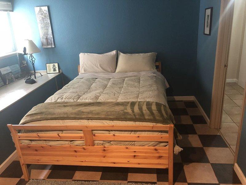 Large bedroom, bathroom & tenant kitchen, with lounge area and patio, alquiler de vacaciones en Albany