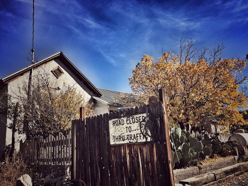 Historic Adobe Home Hidden in New Mexico Ghost Town, Ferienwohnung in Elephant Butte