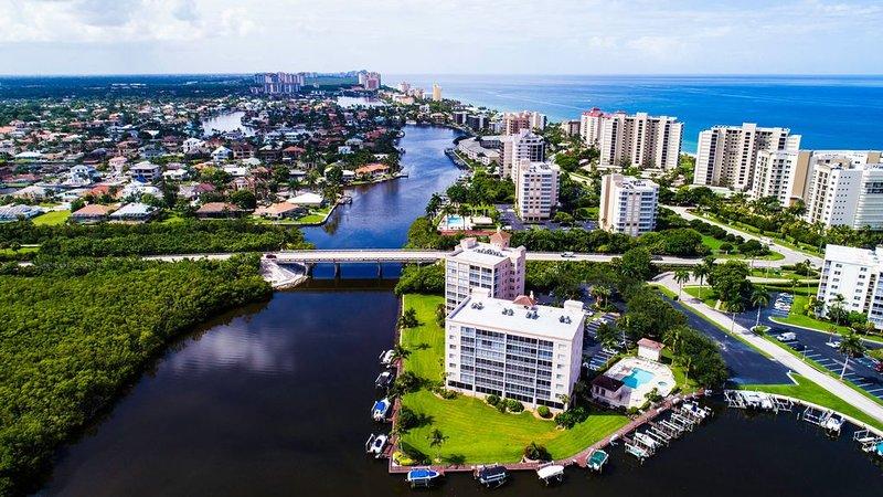 Waterfront,, beautiful, clean, well-equipped, steps to Vanderbilt beach!, alquiler de vacaciones en Naples Park