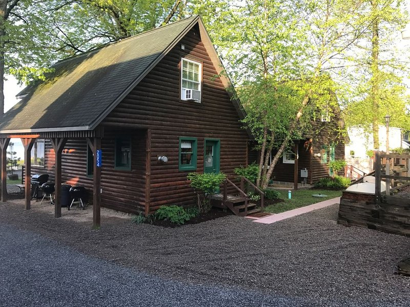 Cabin 3 Waterfront  - Three Pines Lodging & Marina, alquiler de vacaciones en Cleveland