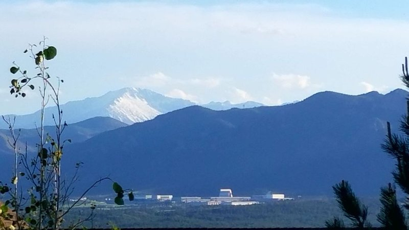 Solar Powered Home Minutes From Academy. Views of AFA & Pikes Peak!, location de vacances à Monument