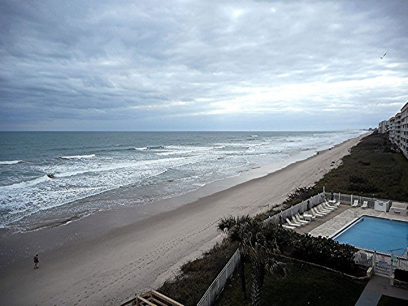 OCEAN FRONT LOCATION   SEE SUNRISES AND LAUNCHES FROM THE PATIO, alquiler de vacaciones en Indian Harbour Beach