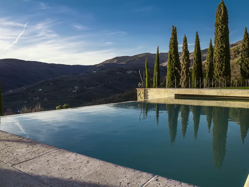 Indipendent luxury house with infinity pool. Stunning scenery views. AirCo WiFi, holiday rental in Loro Ciuffenna