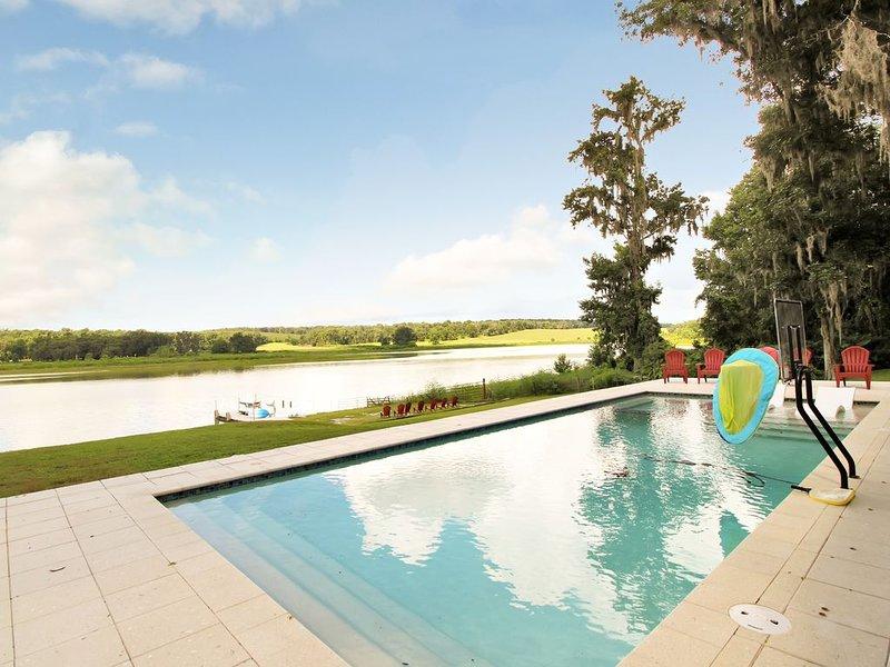 Lakehouse Getaway - Kayaks/Spa/Pool/Firepit/Dog friendly, casa vacanza a Zephyrhills