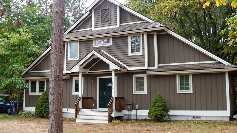 Comfy Home ~ Walking Distance To Ski/Golf ~ For 2-3 Families, location de vacances à Benzie County