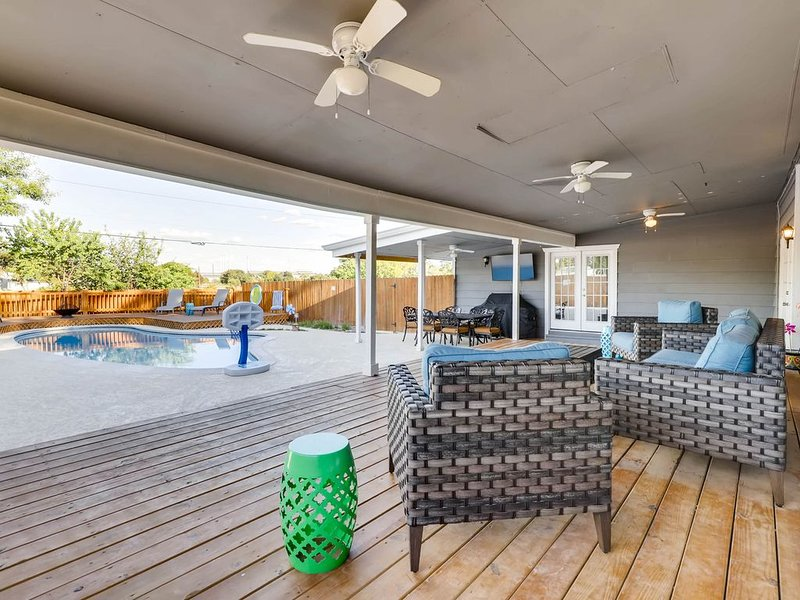 Clean Relaxing Retreat: Solar Heated Pool.  Gameroom! Access to SA Attractions, vacation rental in San Antonio
