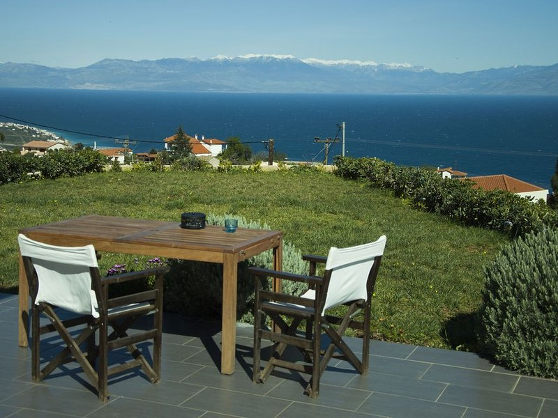 Luxury villa with spectacular view, casa vacanza a Xylokastro
