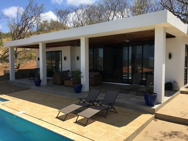 Modern hilltop home-private pool-incredible ocean views-walk to beach and  town, aluguéis de temporada em Playa Yankee