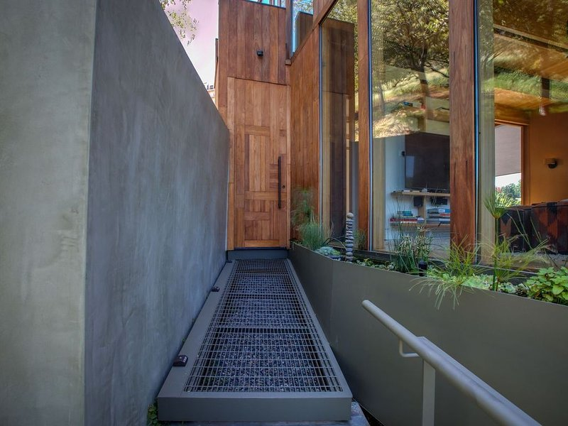 "Architectural 3BR ""Stairway to Zen"" w/ Patio & Stunning Laurel Canyon View, alquiler de vacaciones en West Hollywood"