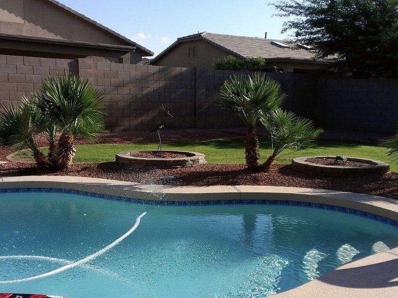piscine étincelante dans la cour.