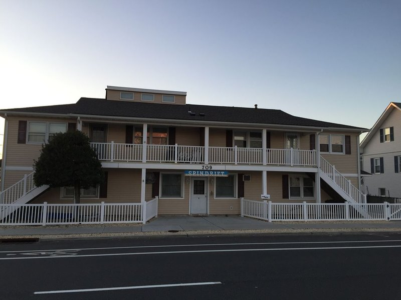 Quiet condo one block from beach, alquiler de vacaciones en Seaside Park