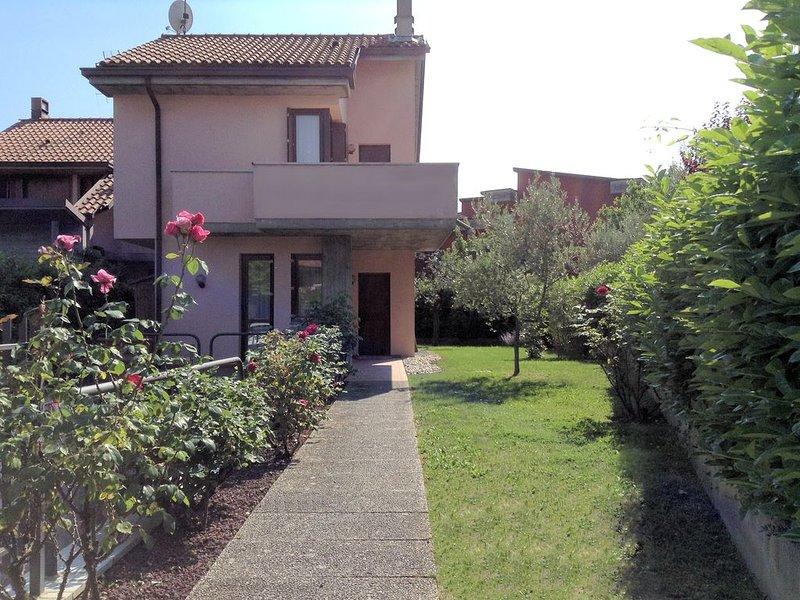 Villa Gianni - Casa singola con giardino, holiday rental in Lake Garda