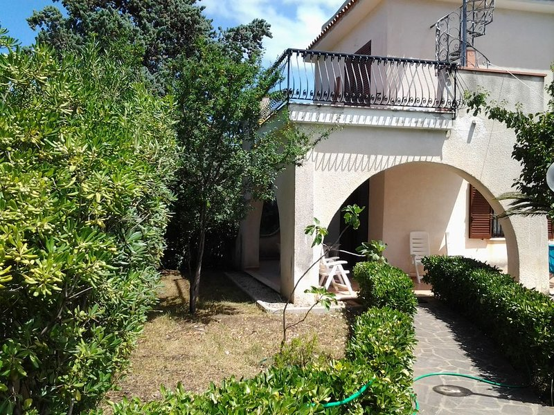 Villetta su due livelli ampio giardino e posto auto a circa 350 mt dal mare, holiday rental in Santa Maria di Castellabate