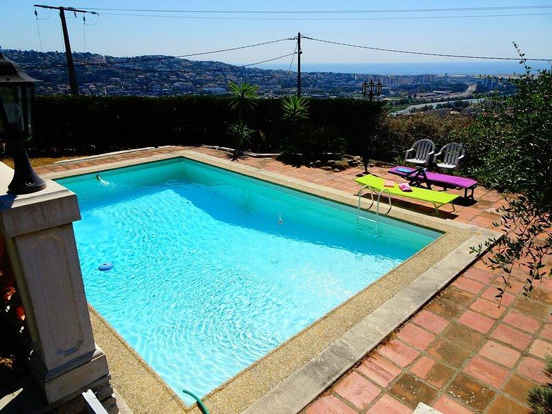 Grand Studio Saint-Laurent du var (Nice), vue mer dégagée, terrasse, piscine, holiday rental in St-Laurent du Var