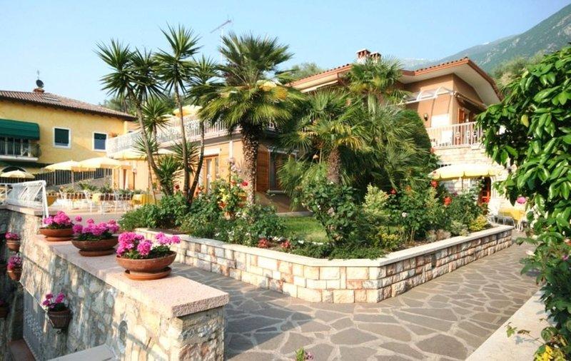 Bilocale  - 1° piano  - Terrazza - Piscina - Garage - Aria condizionata, holiday rental in Malcesine