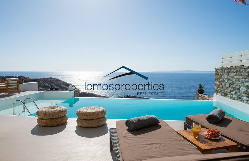 Luxury waterfront villa with a swimming pool and direct access to the sea, alquiler vacacional en Melissaki