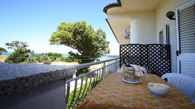 "Villa Tigani: direct beach access ""Calliope apartment"", vakantiewoning in San Sostene"