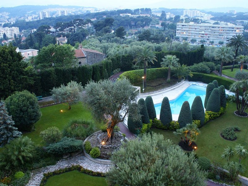 Appartement lumineux, fonctionnel, vue splendide  et grande piscine pour relax., casa vacanza a Le Cannet